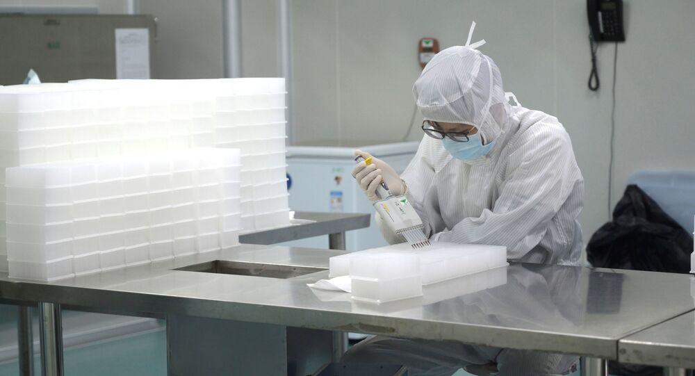 Čínský vědec provádí výzkum