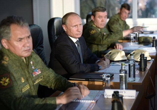 Ruský prezident Vladimir Putin, ministr obrany Sergej Šojgu a náčelník Generálního štábu ruských ozbrojených sil, generál Valerij Gerasimov