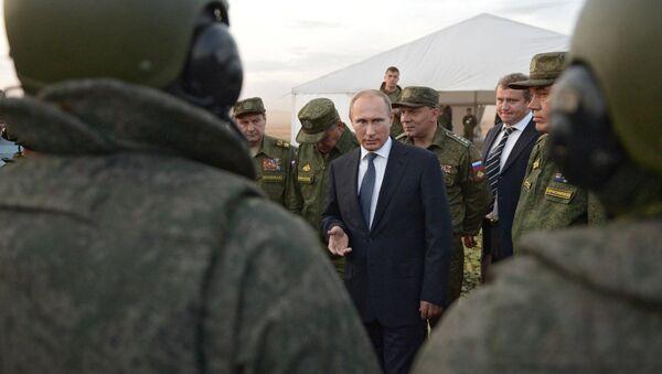 Ruský prezident Vladimir Putin během setkání s konstruktéry vojenské techniky a poddůstojníky - Sputnik Česká republika