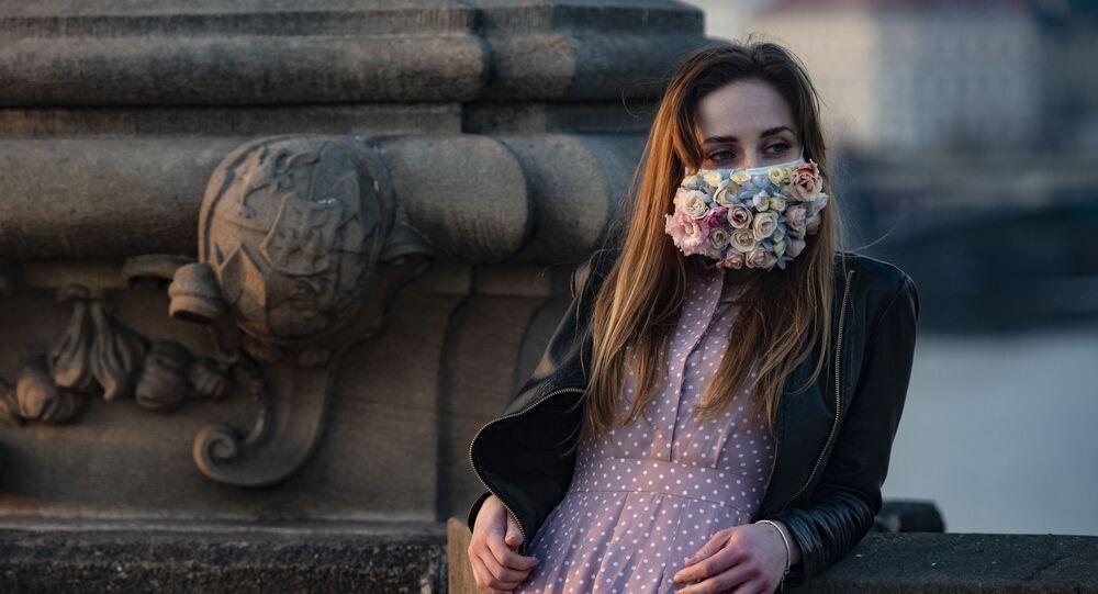 Dívka v roušce v Praze. Ilustrační foto