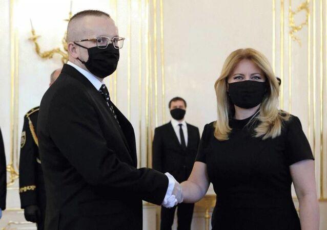 Prezidentka Slovenské republiky Zuzana Čaputova blahopřeje Vladimiru Pčolinskému k jeho jmenování do funkce SIS.