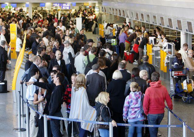 Cestující v terminálu frankfurtského letiště v Německu
