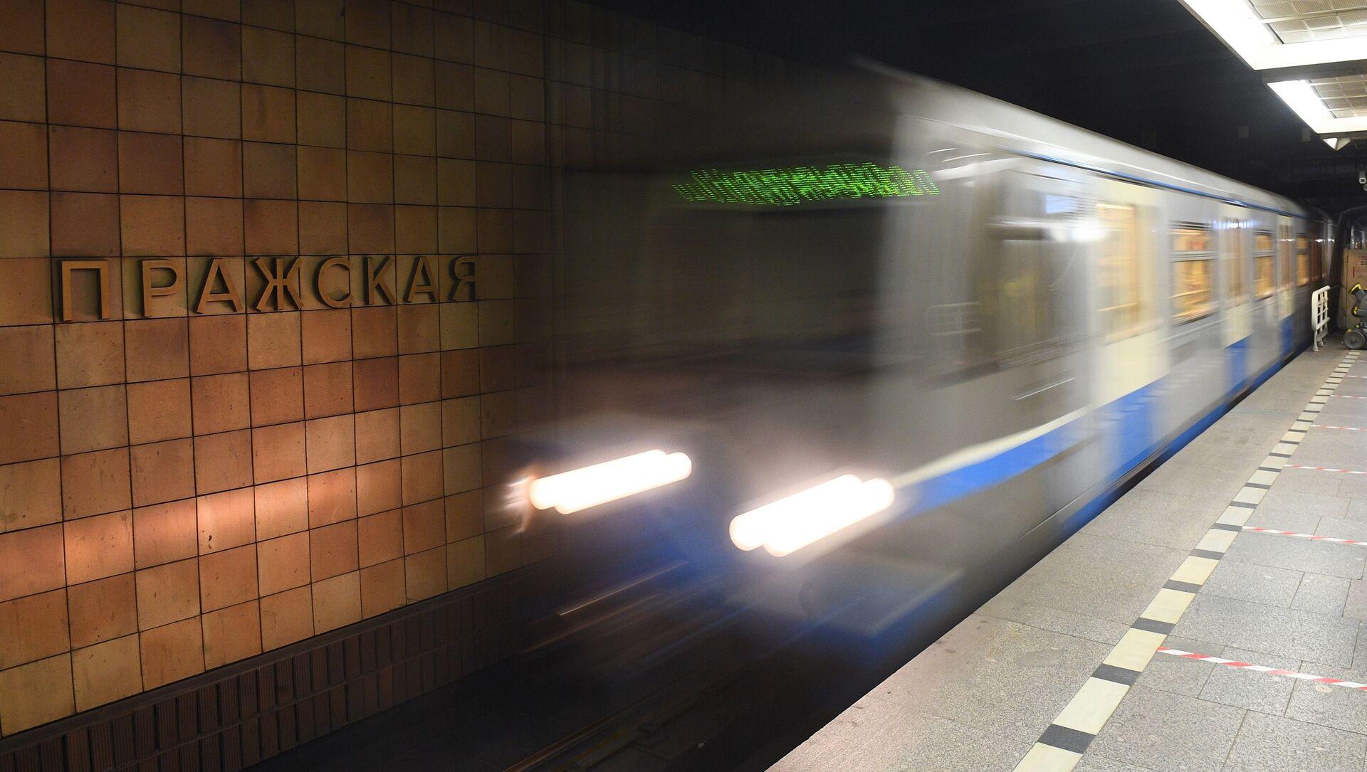 Прибывающий поезд на станции Пражская Московского метрополитена - Sputnik Česká republika, 1920, 16.04.2020