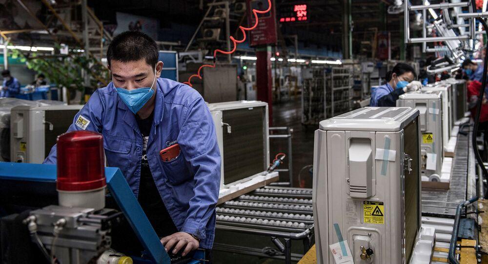 Dělník v továrně ve Wu-chanu