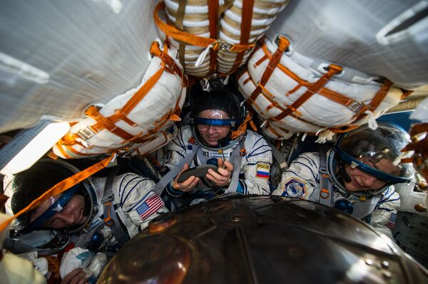 Kosmická loď Sojuz MS-15 se třemi členy posádky ISS přistála v Kazachstánu - Sputnik Česká republika