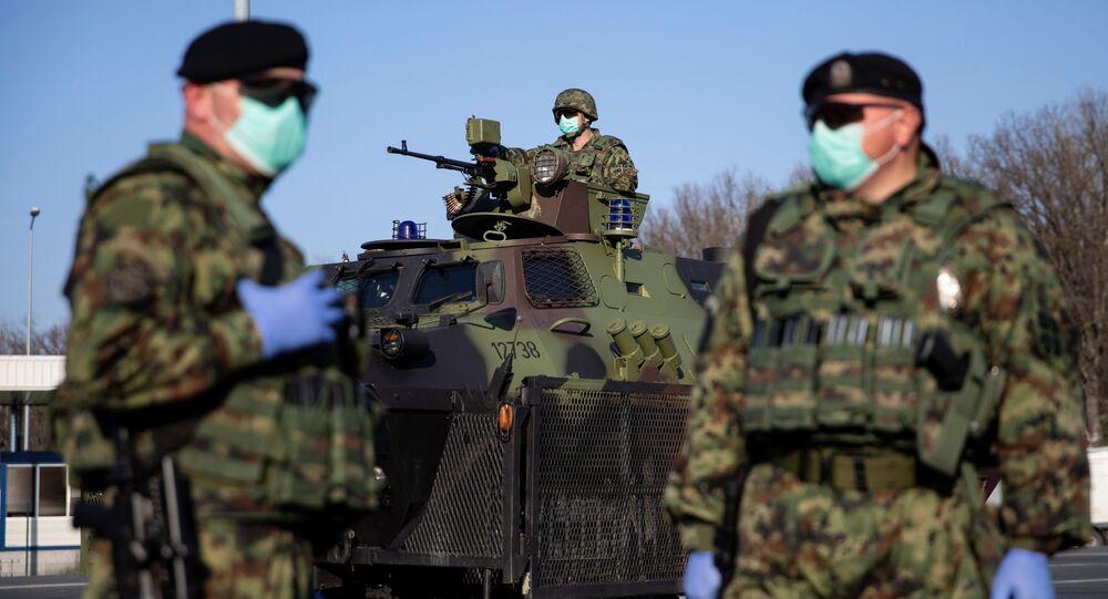 Srbští vojáci v rouškách