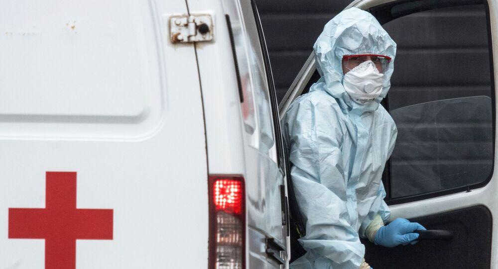 Zdravotník převážející nemocného koronavirem