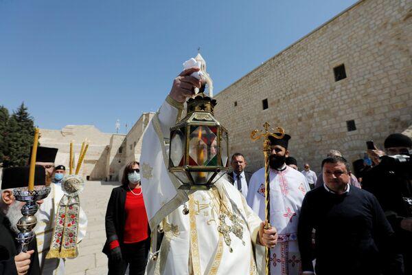 Sestoupení blahodatného ohně v Jeruzalémě: Zázrak v době koronaviru - Sputnik Česká republika