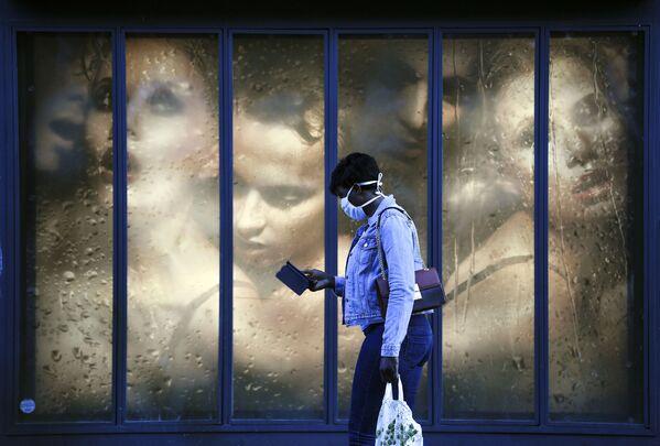 Žena v roušce u výlohy v Paříži, Francie - Sputnik Česká republika