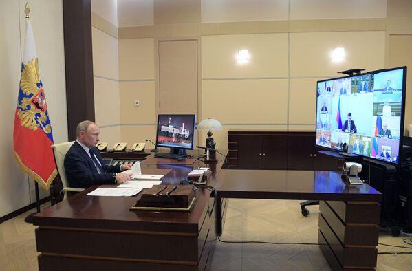 Ruský prezident Vladimir Putin během videokonference s členy vlády  - Sputnik Česká republika
