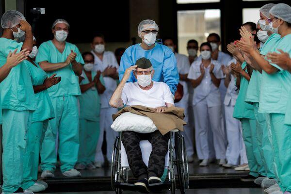 Veterán z druhé světové války Ermando Armelino Piveta ve věku 99 let byl propuštěn z nemocnice v Brazílii, když se vyléčil z nemoci covid-19 - Sputnik Česká republika
