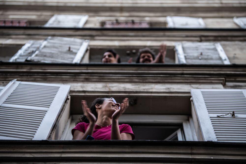 Obyvatelé tleskají zdravotnickým pracovníkům, aby jim vyjádřili svou podporu, Francie
