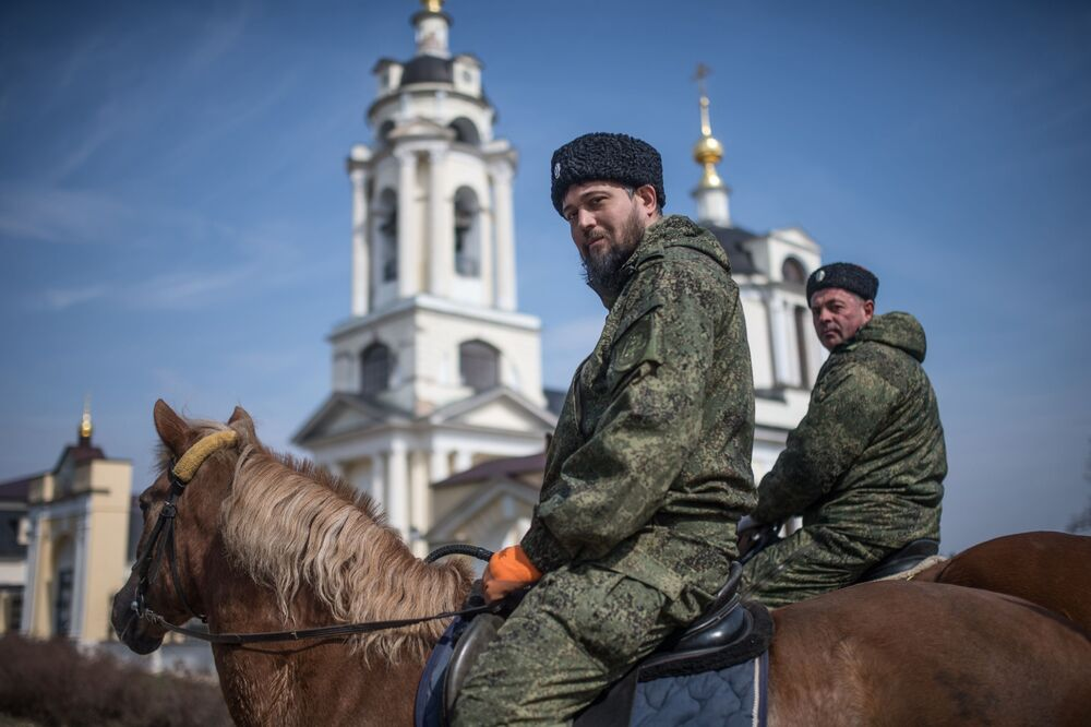 Kozáci při hlídkování ulic v Moskevské oblasti