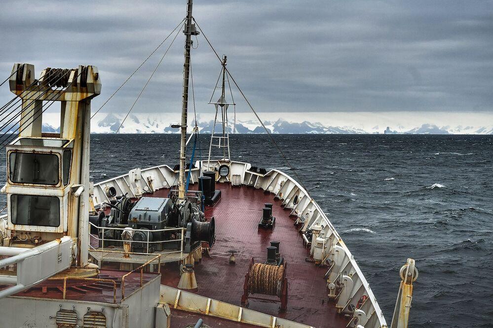 Břehy největšího ostrova Alexandra I. v Bellingshausenově moři pozorované během celosvětové expedice na palubě Admirála Vladimirského, Arktida