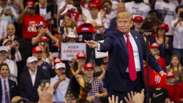 Americký prezident Donald Trump během předvolební akce v Miami - Sputnik Česká republika