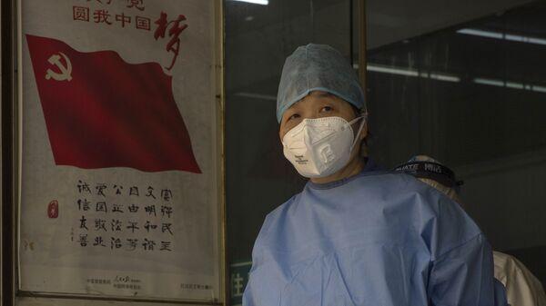 Zdravotník ve Wu-chanu během pandemie nového koronaviru - Sputnik Česká republika