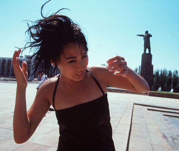 Dívka blízko památníku Lenina v Biškeku, Kyrgyzstán - Sputnik Česká republika