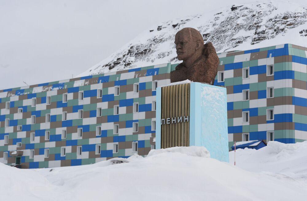 Leninův památník v hornickém městě Barentsburg na souostroví Špicberky