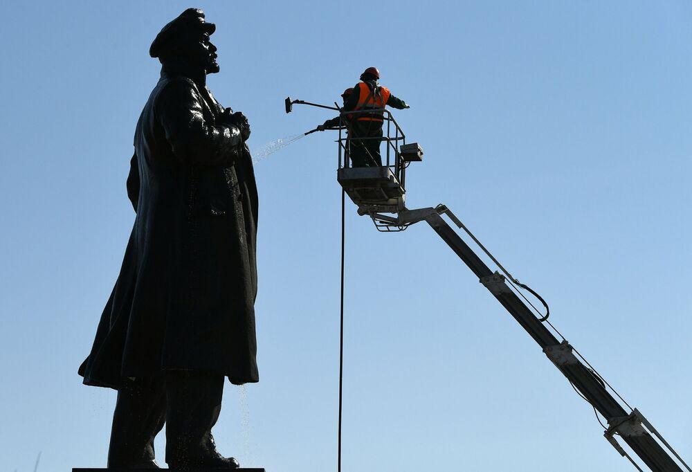 Umývání památníku Vladimira Lenina v Krasnojarsku