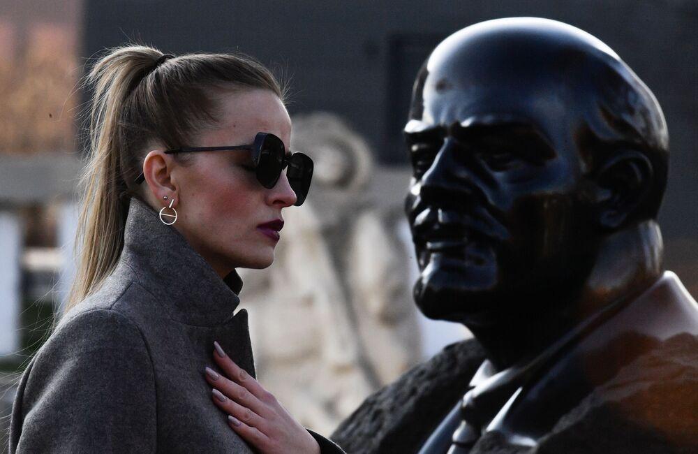 Dívka prochází kolem památníku Lenina v Moskvě