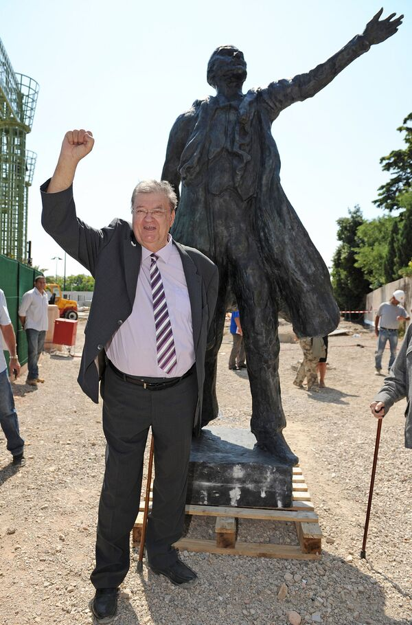 Vedoucí regionu Languedoc-Roussillon Georges Fréchet na pozadí sochy Vladimira Lenina v Montpellieru, Francie - Sputnik Česká republika