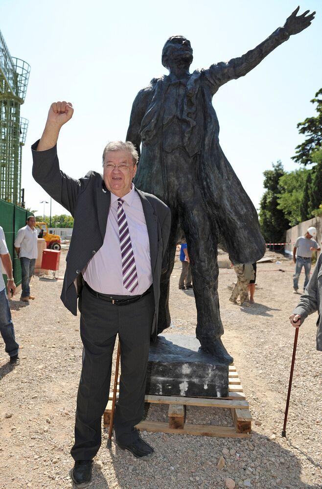 Vedoucí regionu Languedoc-Roussillon Georges Fréchet na pozadí sochy Vladimira Lenina v Montpellieru, Francie