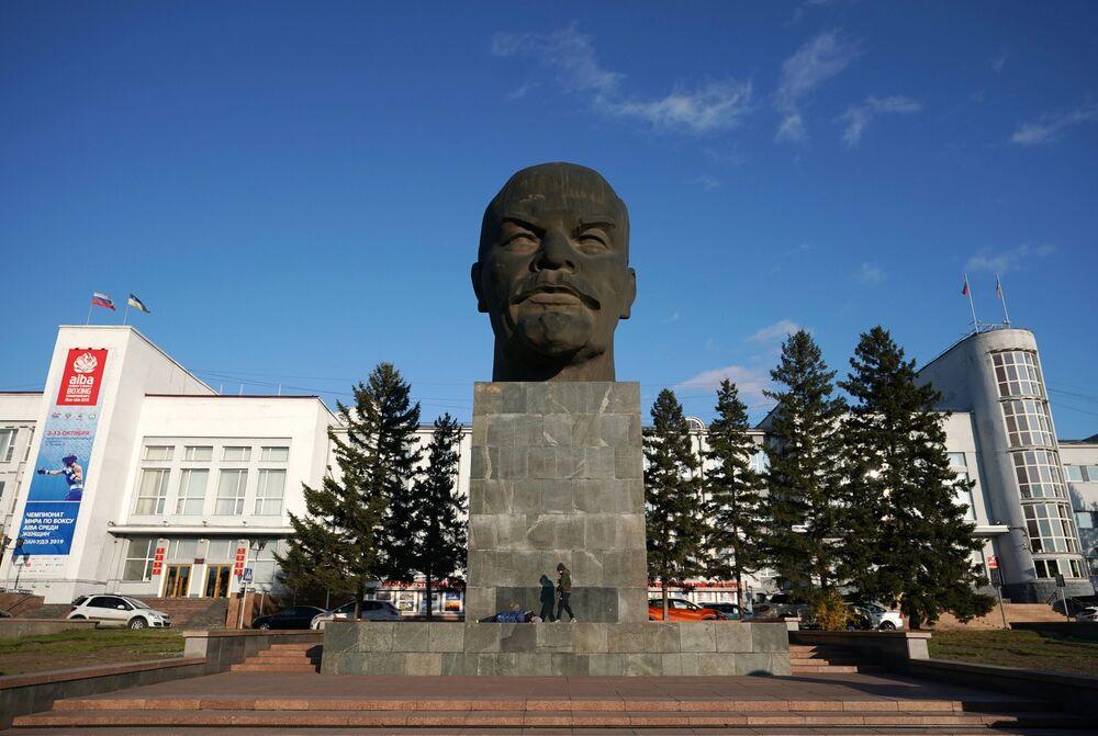 Památník Lenina na Sovětském náměstí v Ulan-Ude, Burjatsko