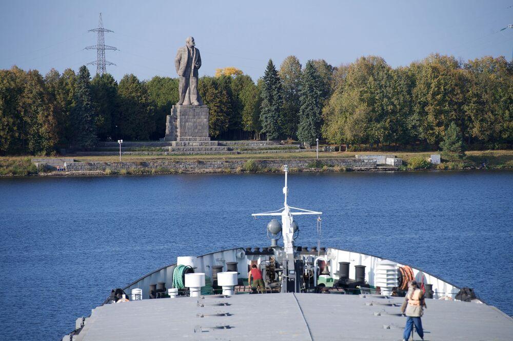 Památník Lenina, který se nachází mezi přehradou Ivankovské vodní elektrárny a stavidlem č. 1 kanálu Moskvy na řece Volze
