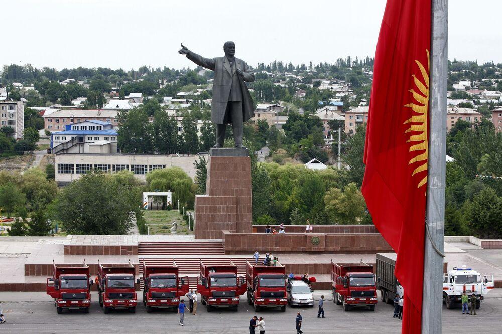 Leninův památník na náměstí města Oš v Kyrgyzstánu