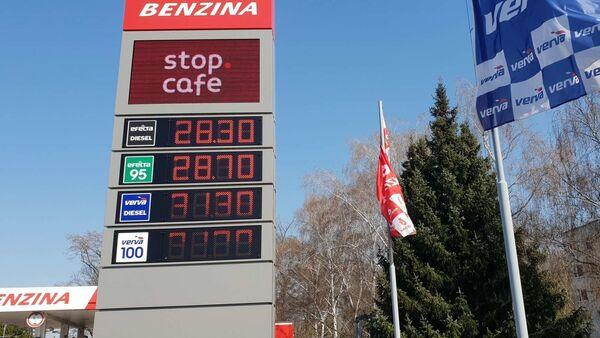 Zatímco před pár dny byl natural 95 za 28,70, dnes v Praze na Tank Ono pořídíte litr za 22,50  - Sputnik Česká republika
