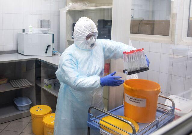 Testování na koronavirus v laboratoři. Ilustrační foto