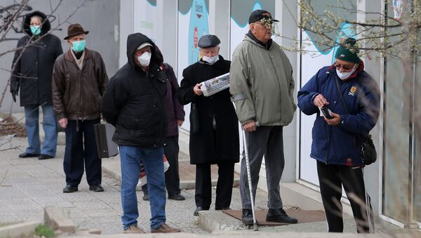 Starší lidé v rouškách poblíž lékárny. Illustrační foto - Sputnik Česká republika