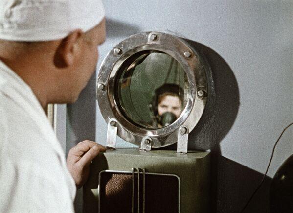 Lékař sleduje Valentinu Těreškovovou během tréninku, 1964 - Sputnik Česká republika