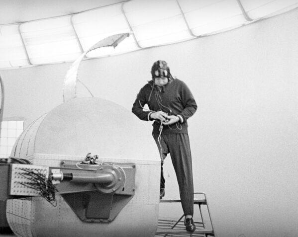 Kosmonaut Alexej Leonov před tréninkem na centrifuze, 1963 - Sputnik Česká republika
