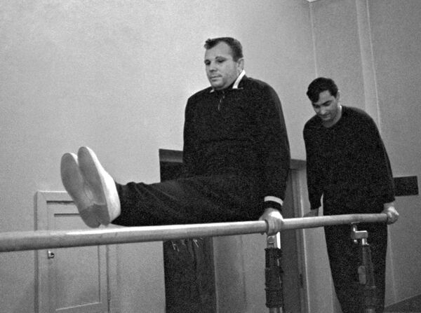 Sovětští kosmonauti Jurij Gagarin a Valerij Bykovskij během výcviku - Sputnik Česká republika