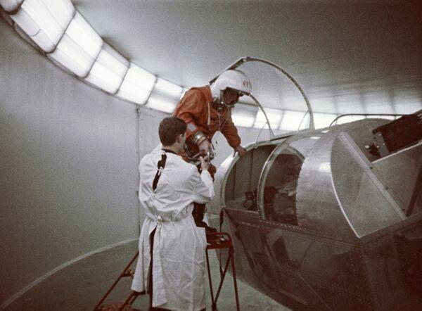 Kosmonautka Valentina Těreškovová během příprav na trénink na centrifuze - Sputnik Česká republika