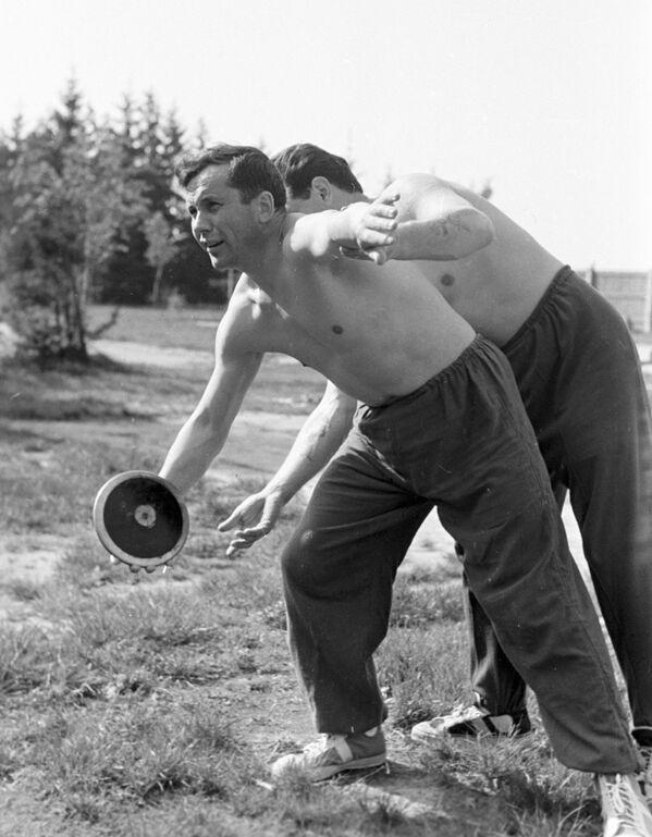 Kosmonaut Pavel Popovič při tréninku se sportovním diskem, 1960 - Sputnik Česká republika
