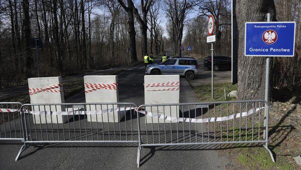 Polští policisté na uzavřeném hraničním přechodu nedaleko českého města Hrádek nad Nisou - Sputnik Česká republika