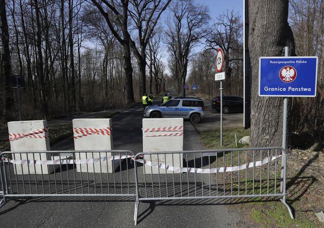 Polští policisté na uzavřeném hraničním přechodu nedaleko českého města Hrádek nad Nisou.