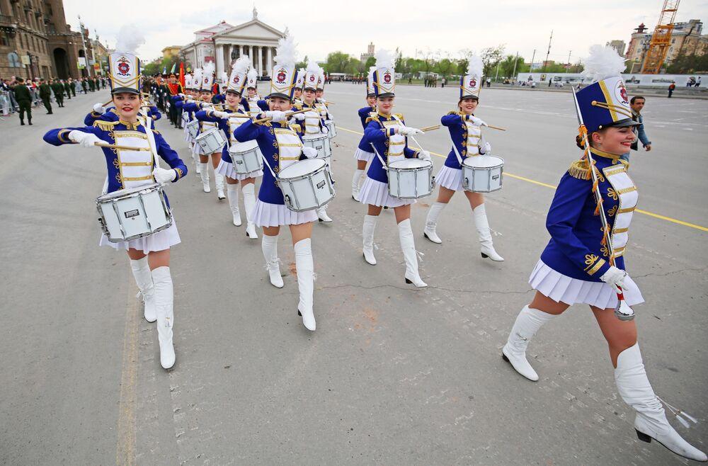 Bubeníci Volgogradské akademie Ministerstva vnitra RF během zkoušky Vítězné přehlídky na náměstí padlých bojovníků ve Volgogradu