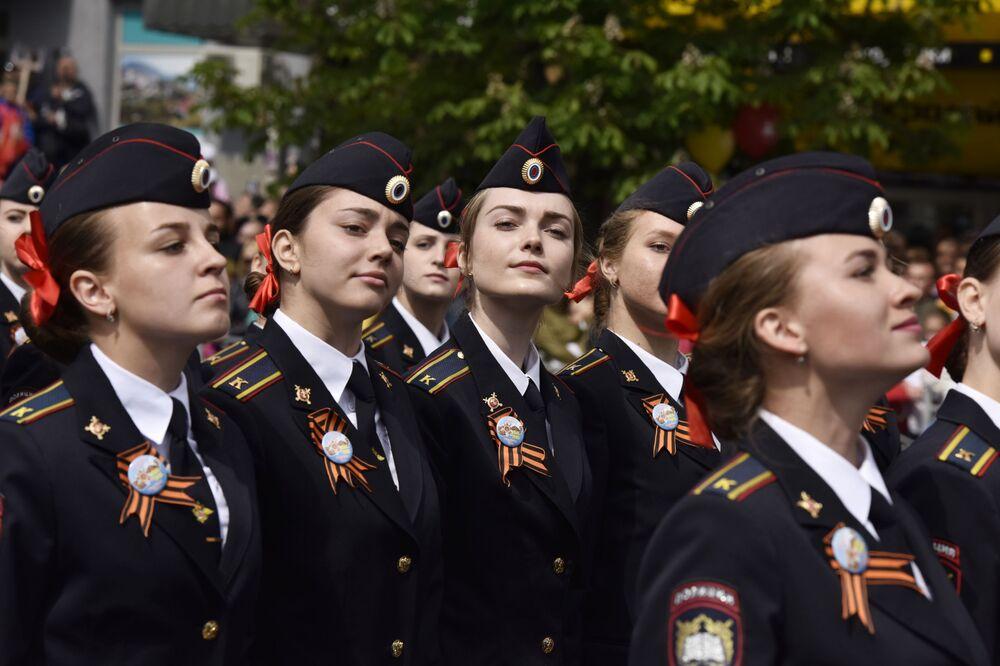 Dívky-kadetky během vojenské přehlídky věnované 72. výročí vítězství ve Velké vlastenecké válce 1941-1945 v Simferopolu