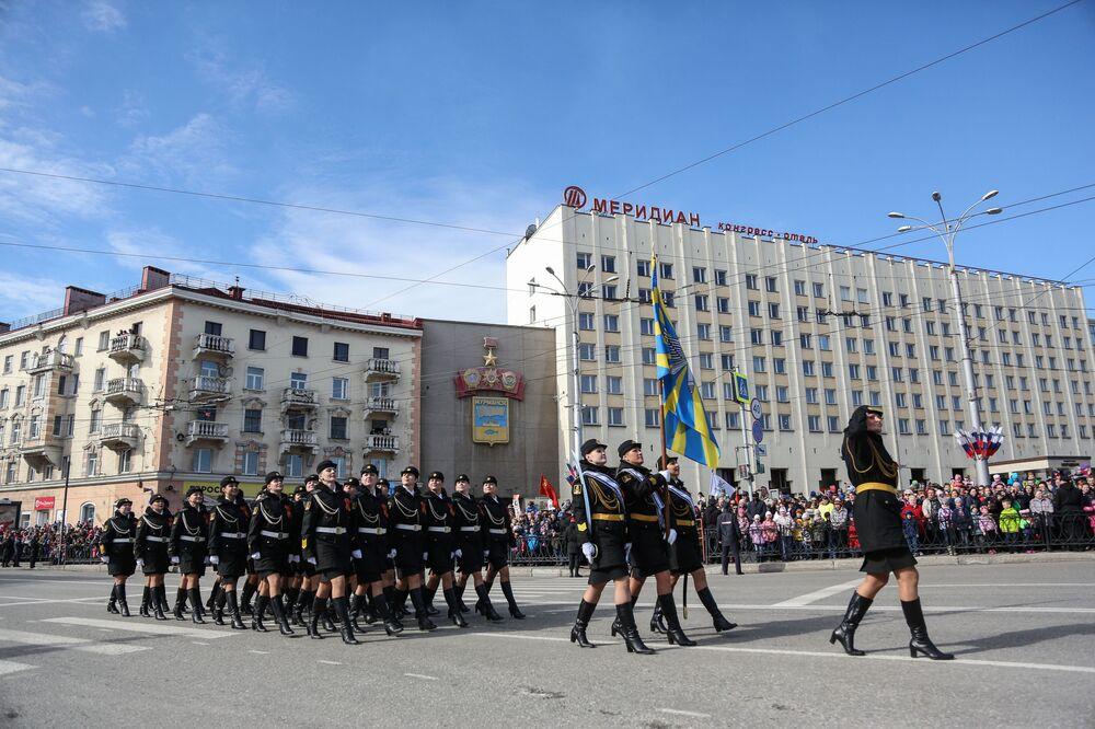 Vojáci na vojenské přehlídce v Murmansku věnované 73. výročí vítězství ve Velké vlastenecké válce