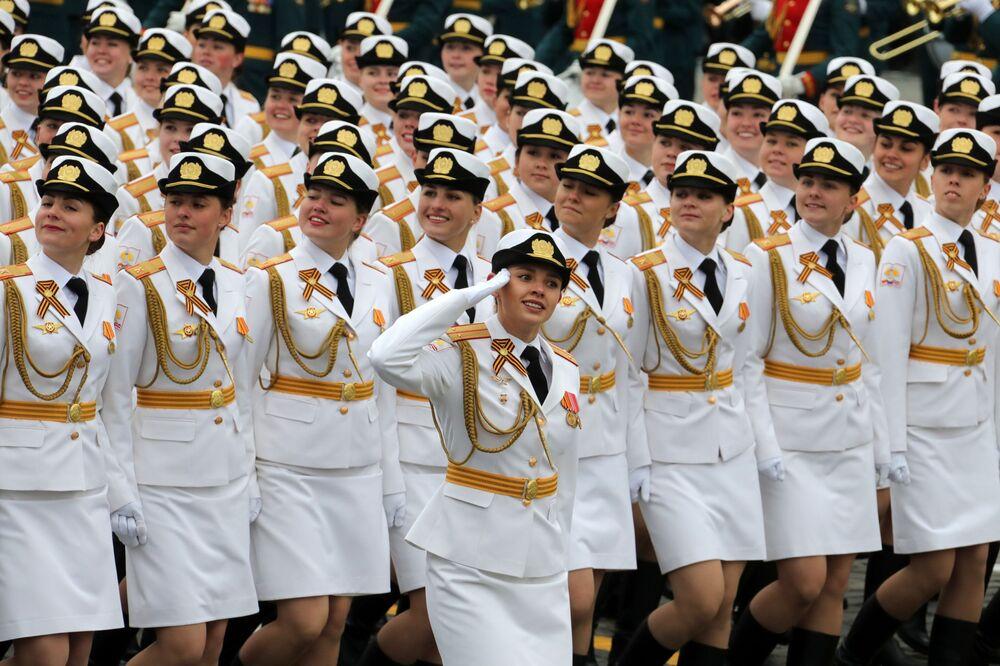 Vojáci během vojenské přehlídky v Moskvě věnované 72. výročí vítězství ve Velké vlastenecké válce v letech 1941-1945