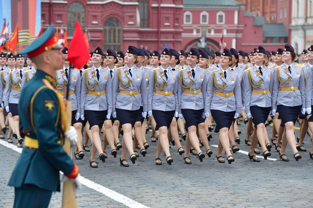 Dívky-kadetky Moskevské univerzity Ministerstva vnitra Ruské federace na vojenské přehlídce na Rudém náměstí