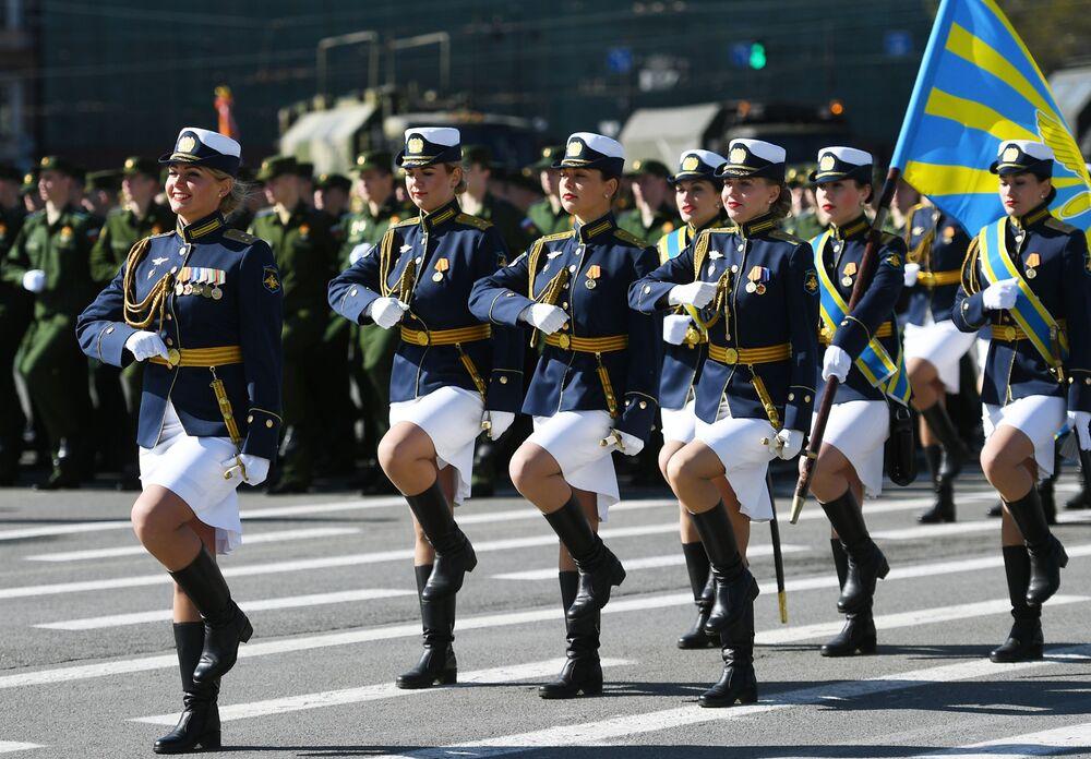 Slavnostní sčítání vojáků na vojenské přehlídce v Petrohradě, věnované 73. výročí vítězství ve Velké vlastenecké válce