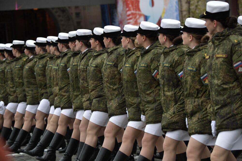 Přehlídka vojaček Vojenské univerzity ruského ministerstva obrany během vojenské přehlídky v Moskvě