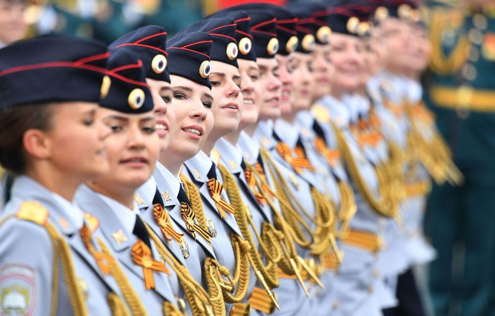 Kadetky Moskevské univerzity ruského ministerstva vnitra na vojenské přehlídce na Rudém náměstí