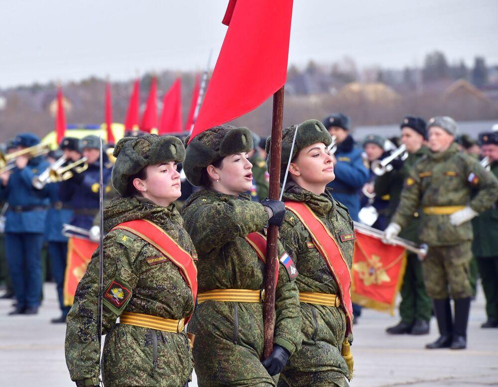 Slavná kapela při zkoušce vítězné přehlídky na vojenském cvičišti Alabino