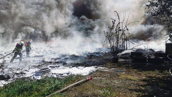 Hašení požáru na autovrakovišti a stáji v Bratislavě, Slovensko - Sputnik Česká republika