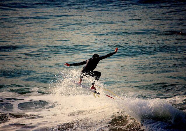 Muž surfuje